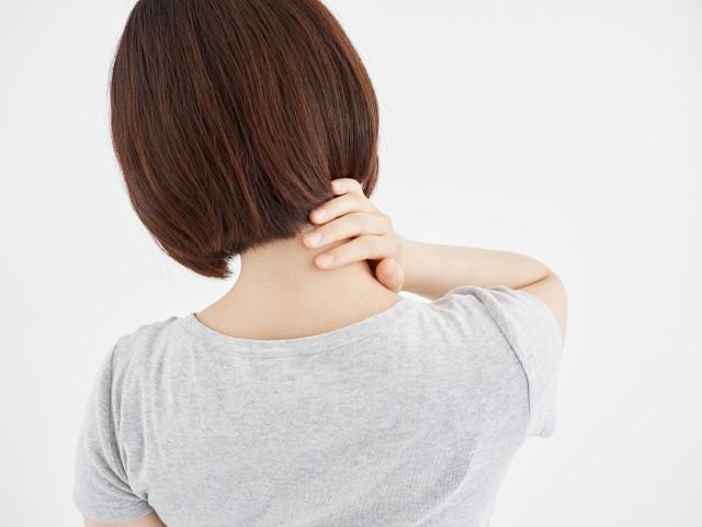 首に違和感がある女性の写真